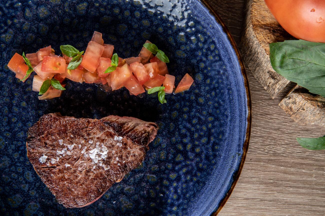 Solomillo de ternera con tartar de tomate