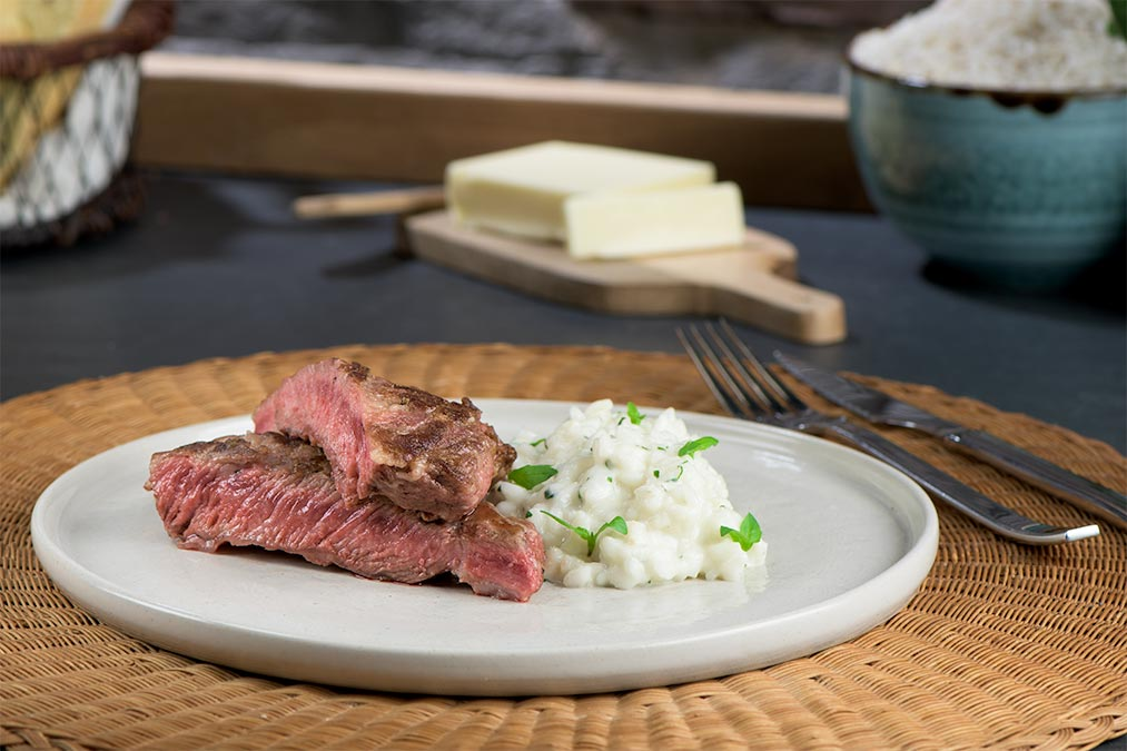 Abanico ibérico con risotto, albahaca y brotes de temporada