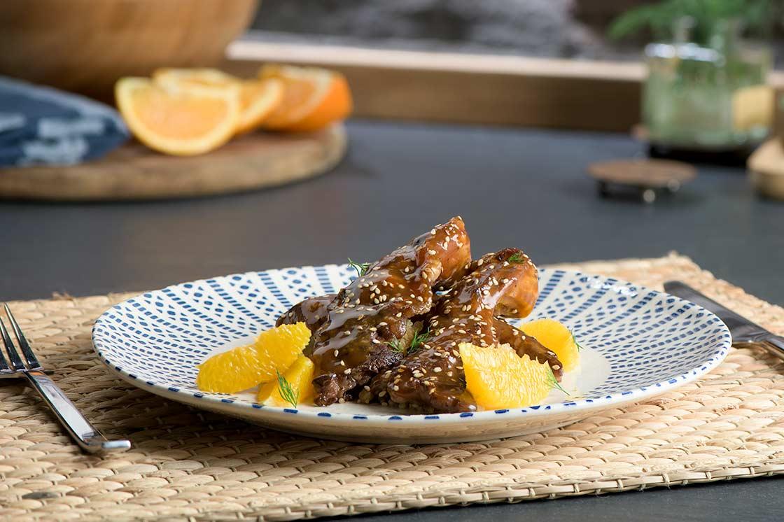 Lagarto ibérico lacado en salsa de naranja, soja y sésamo sobre quinoa