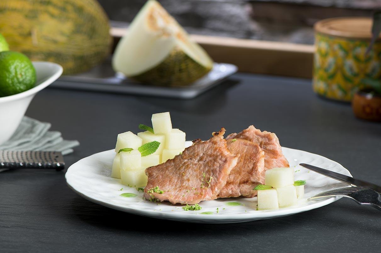 Lomo ibérico con ensalada de melón, menta y palo cortado